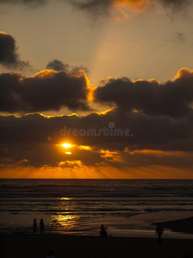 Por do sol dourado sobre o oceano foto de stock royalty free