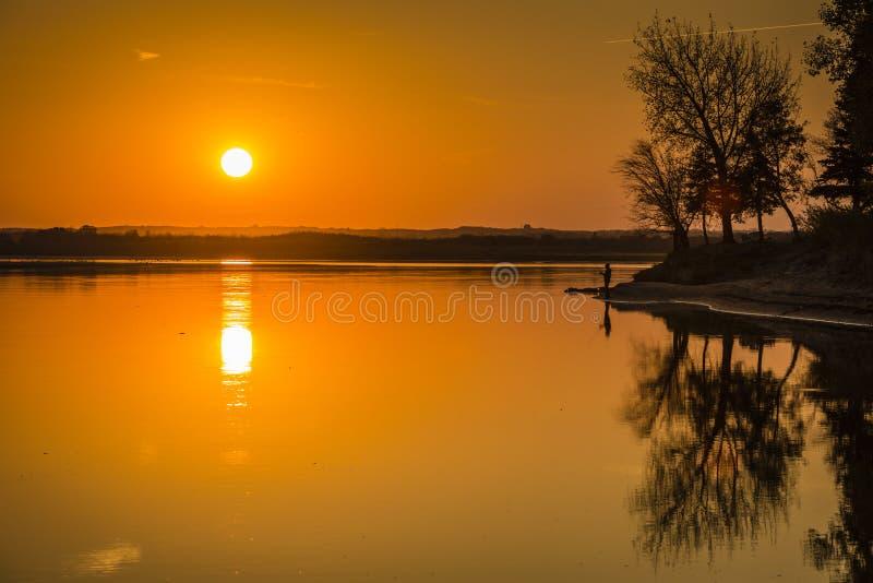 Por do sol dourado sobre o rio foto de stock royalty free