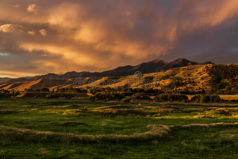 Por do sol dramático Cloudscape, Bozeman Montana EUA