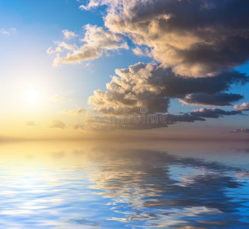 Por do sol dramático com nuvens alaranjadas fotografia de stock