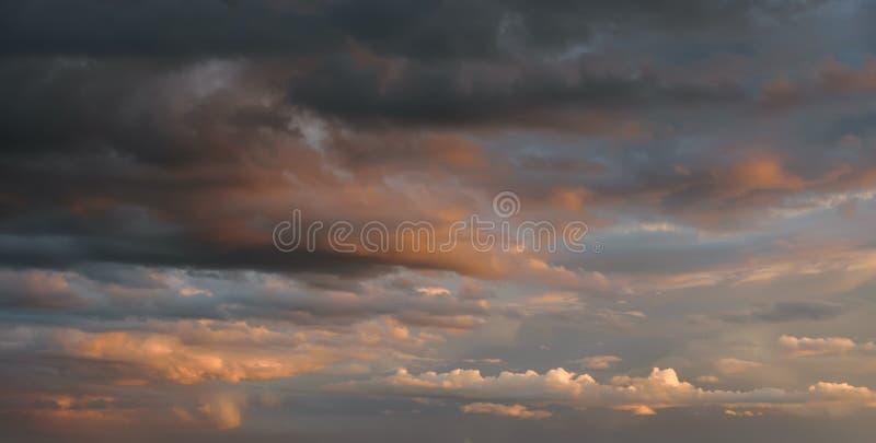 Por do sol dramático com nuvens alaranjadas imagem de stock