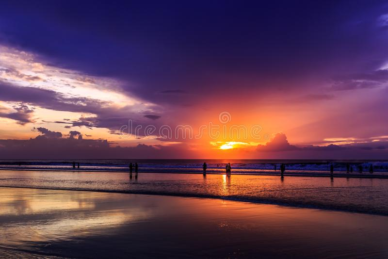 Por do sol dramático na praia de Kuta, Bali, Indonésia imagens de stock
