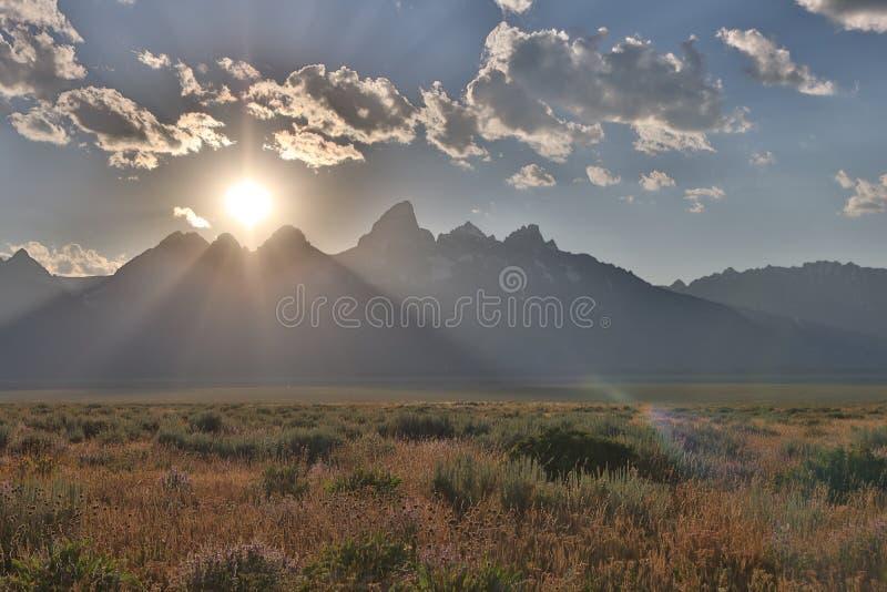 Por do sol dramático que forma no Tetons grande imagem de stock