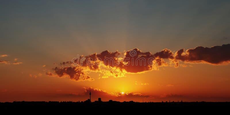 Por do sol dramático sobre a cidade de Berlim imagens de stock