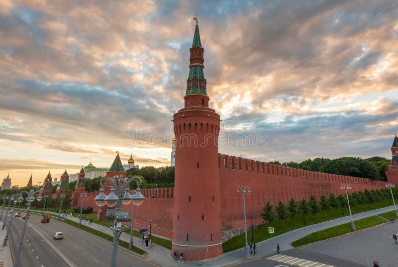 Por do sol dramático sobre o Kremlin de Moscou, Rússia fotografia de stock royalty free