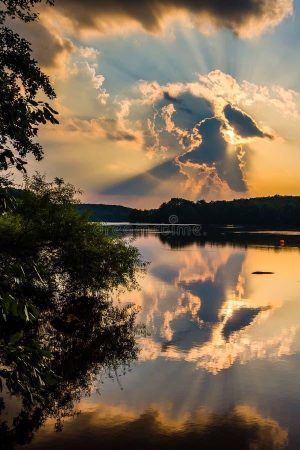 Por do sol dramático sobre o lago Pinchot, em Gifford Pinchot State Park imagem de stock