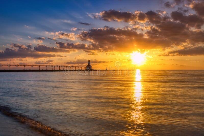 Por do sol dram?tico no farol do leste de Pierhead da cidade de Michigan foto de stock