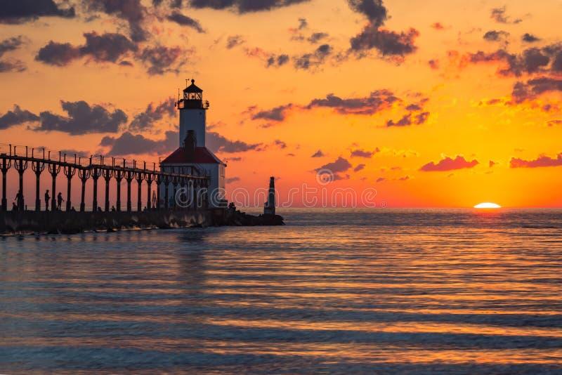 Por do sol dram?tico no farol do leste de Pierhead da cidade de Michigan foto de stock royalty free
