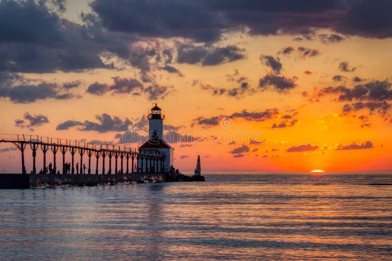 Por do sol dram?tico no farol do leste de Pierhead da cidade de Michigan fotografia de stock