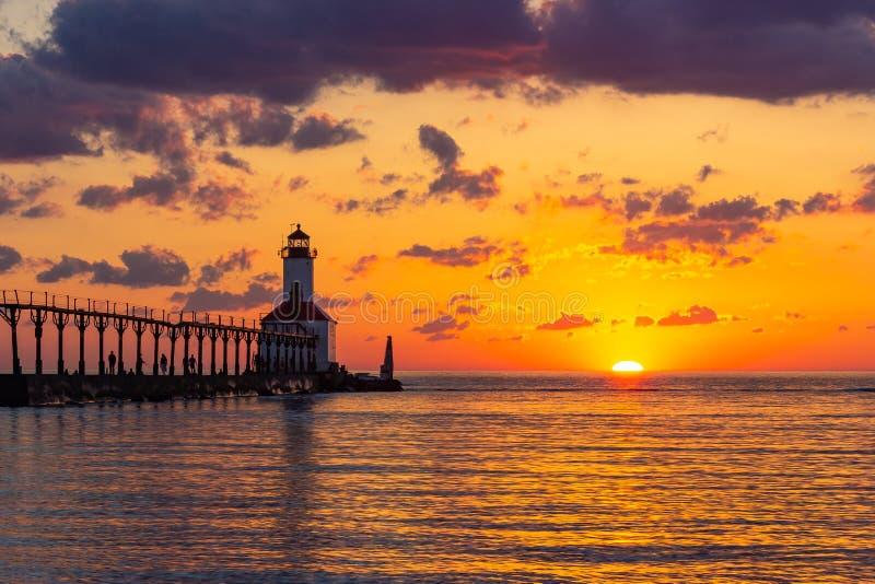Por do sol dram?tico no farol do leste de Pierhead da cidade de Michigan imagens de stock royalty free
