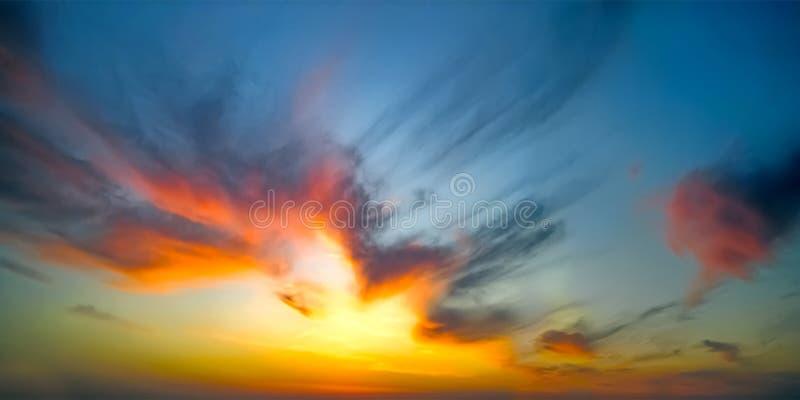 Por do sol dram?tico ?pico C?u bonito da laranja, o amarelo e o azul das cores do por do sol para o fundo foto de stock royalty free
