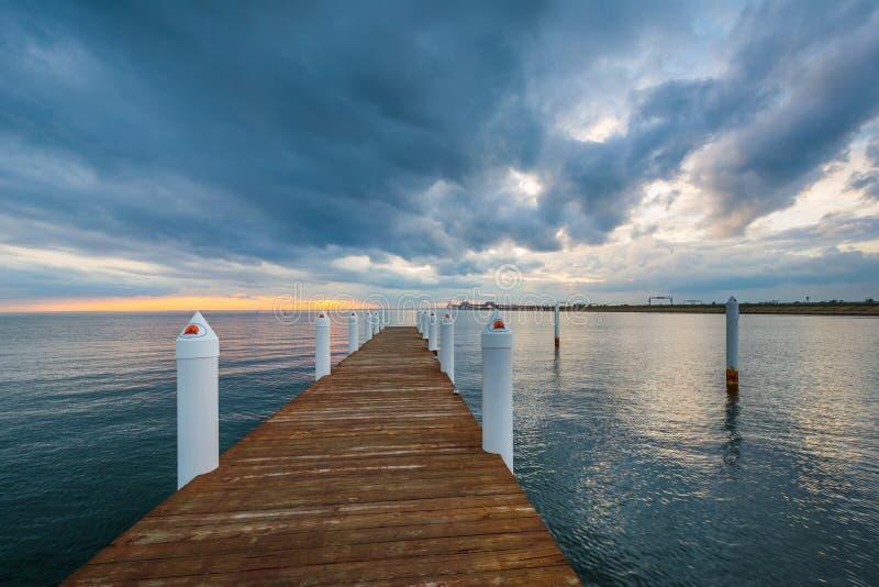 Por do sol dram?tico sobre um cais na ba?a de Chesapeake, em Kent Island, Maryland imagens de stock royalty free