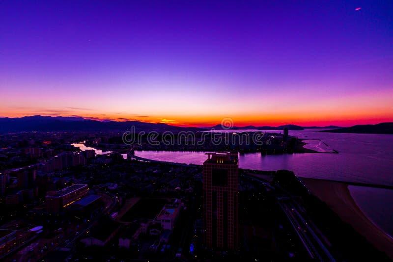 Por do sol e arquitetura da cidade de FUKUOKA, JAPÃO fotografia de stock royalty free