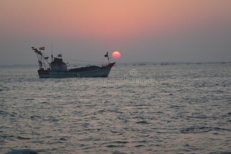 Por do sol e barco imagem de stock