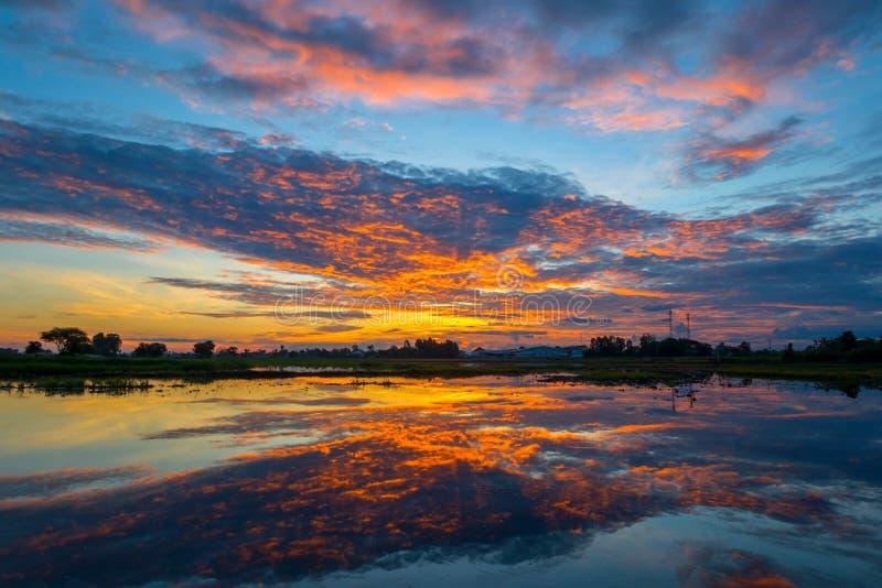 Por do sol e céu da nuvem imagem de stock royalty free