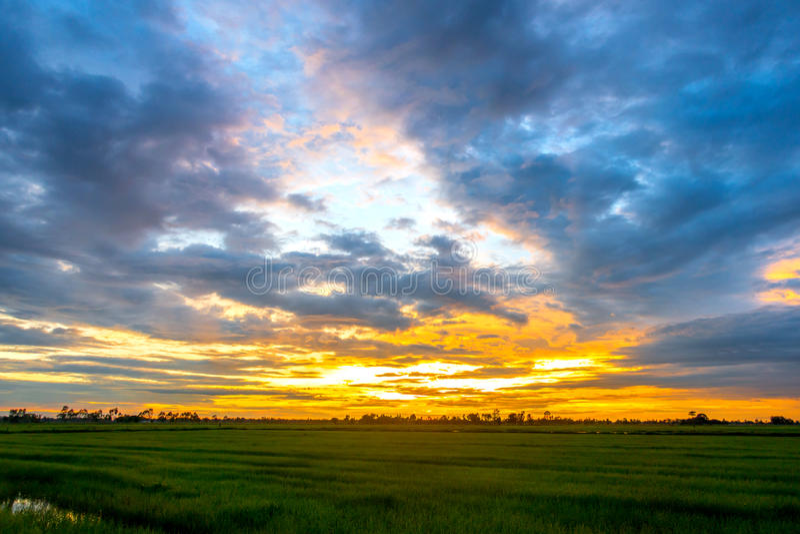 Por do sol e céu da nuvem imagens de stock