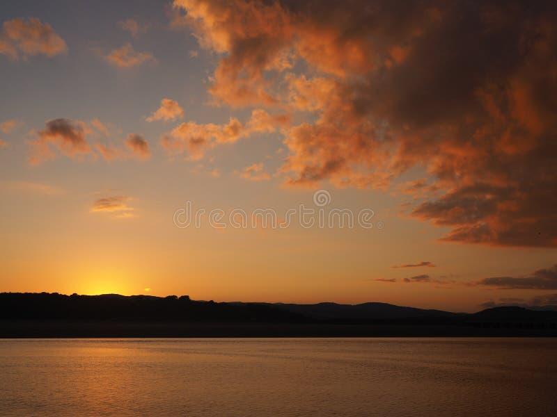 Por do sol e céu dramático em Arnside, Cumbria imagem de stock