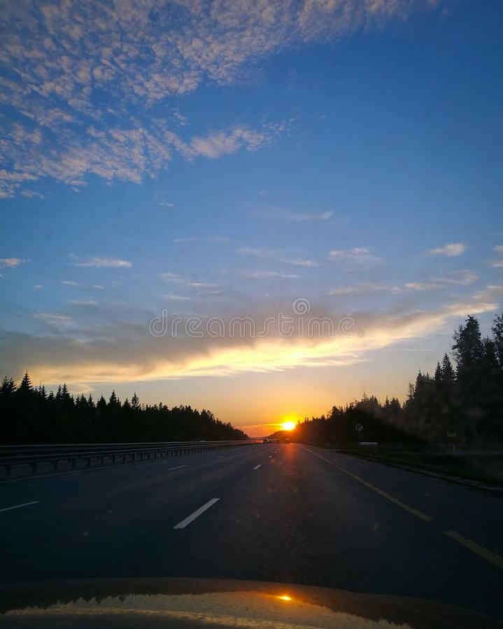 Por do sol e estrada imagem de stock royalty free