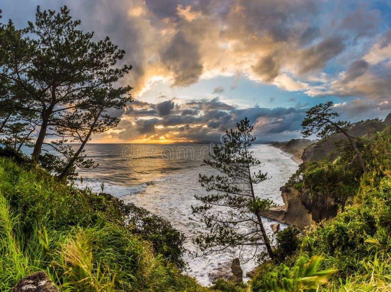Por do sol e litoral bonitos em do sul de Ibusuki, Japão fotos de stock