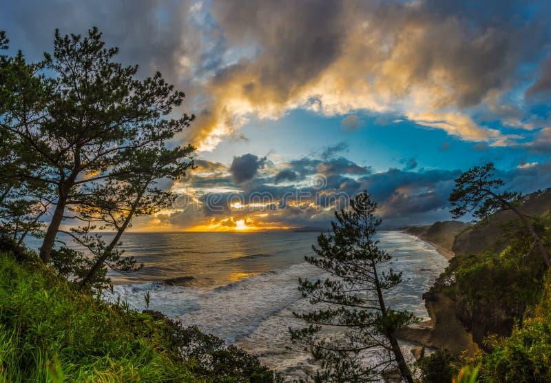 Por do sol e litoral bonitos em do sul de Ibusuki, Japão imagem de stock