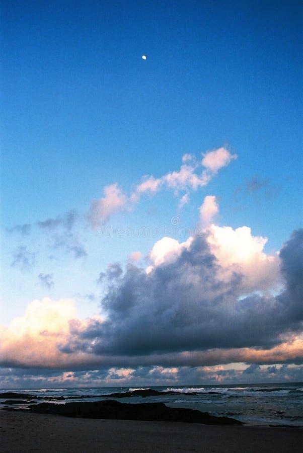 Por do sol e a lua - grão visível da película fotos de stock royalty free
