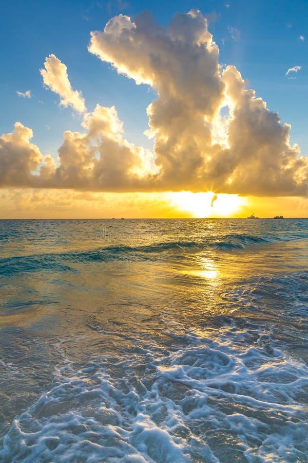 Por do sol e mar na costa de Barbados foto de stock royalty free