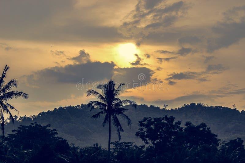 Por do sol e montanha imagens de stock royalty free