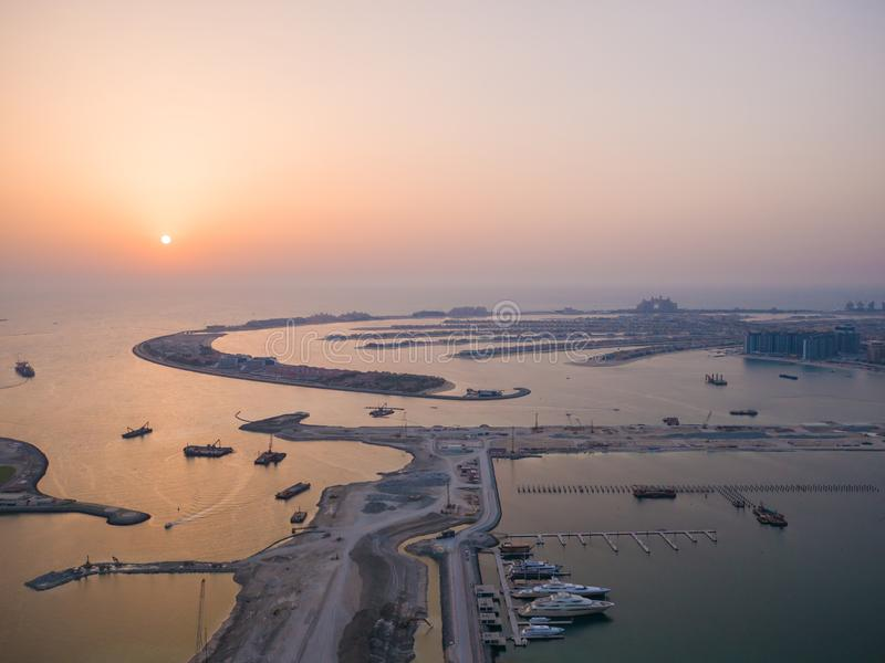 Por do sol e noite sobre as ilhas artificiais de Dubai Timelapse fotografia de stock