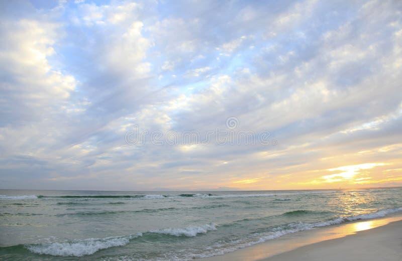 Por do sol e nuvens bonitas em uma praia branca de Florida da areia imagens de stock