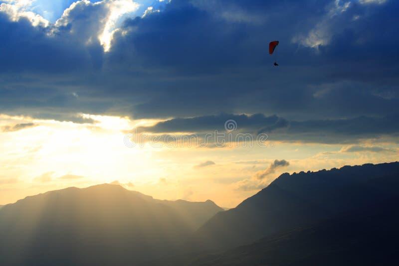 Por do sol e paragliding imagens de stock