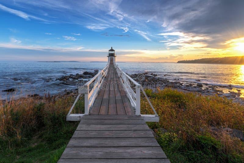 Por do sol e passagem a Marshall Point Lighthouse foto de stock
