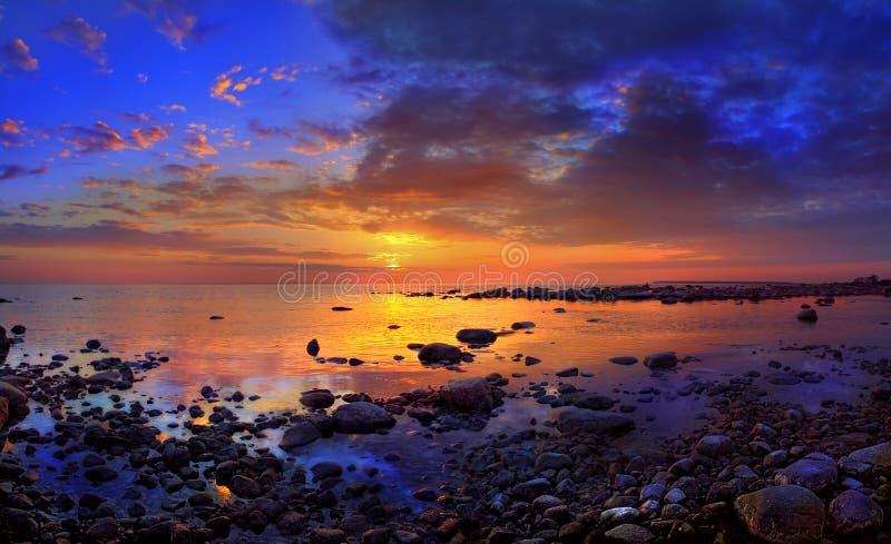 Por do sol e pedras do mar