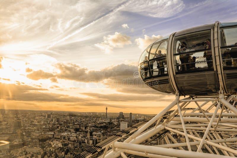 Por do sol e skyline do olho de Londres fotos de stock