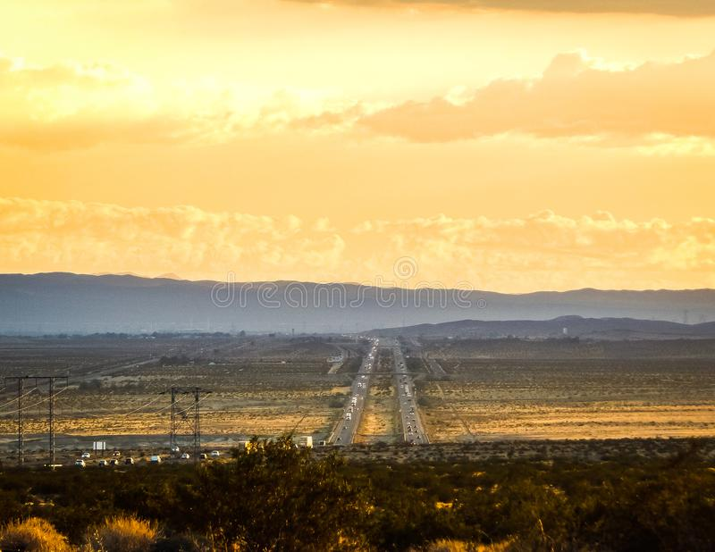 Por do sol e tráfego no deserto imagem de stock royalty free