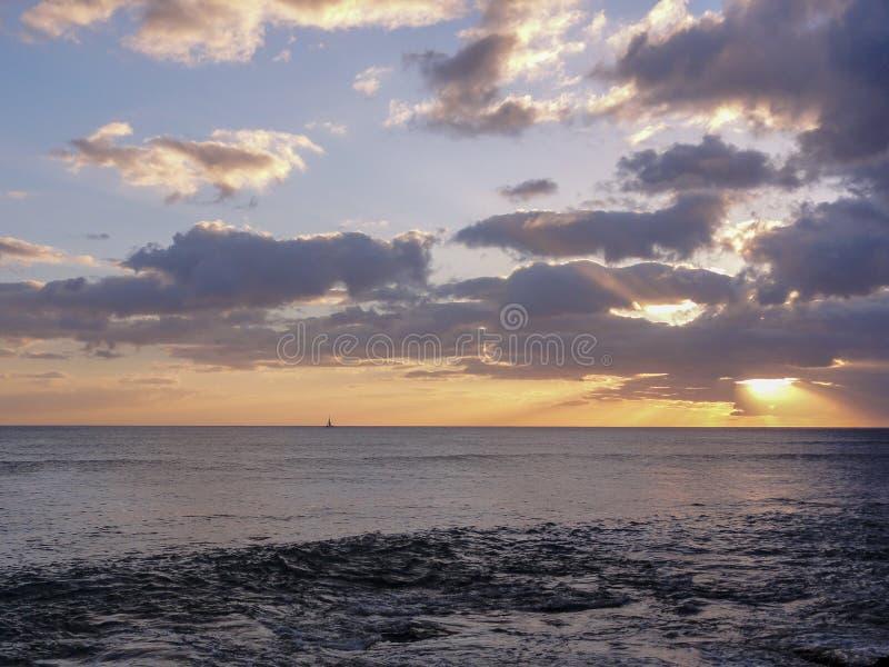 Por do sol e veleiro em Havaí fotografia de stock