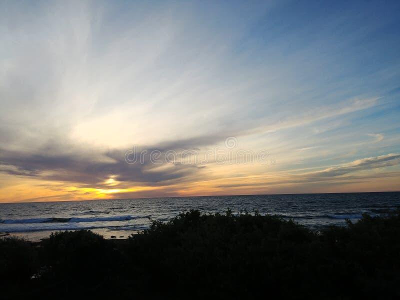 Por do sol em associações da maré de La Jolla imagem de stock