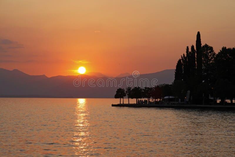 Por do sol em Bardolino no lago Garda, Italy fotografia de stock royalty free