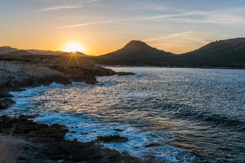 Por do sol em Cala Agulla em Mallorca, Espanha imagens de stock royalty free