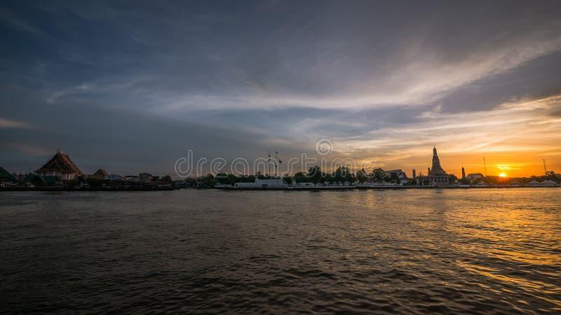 Por do sol em Chao Praya River, Banguecoque, Tailândia imagem de stock royalty free