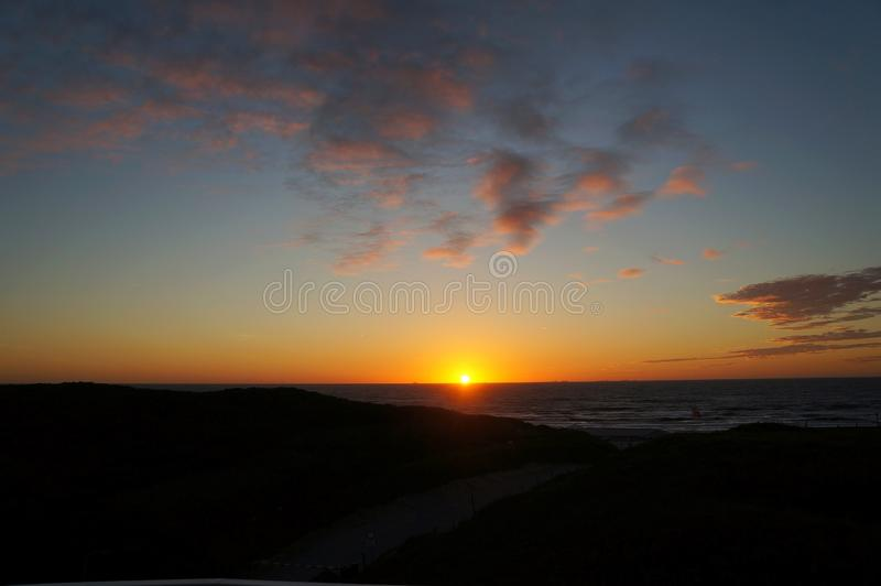 Por do sol em cima da praia aan de Wijk Zee imagem de stock