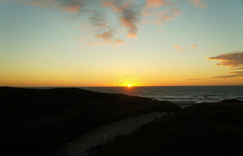 Por do sol em cima da praia aan de Wijk Zee fotografia de stock royalty free