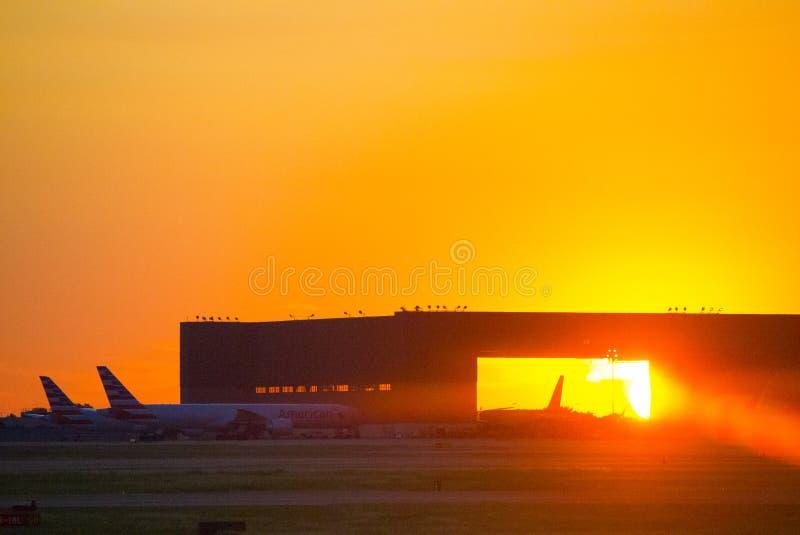 Por do sol em Dallas Airport fotografia de stock royalty free