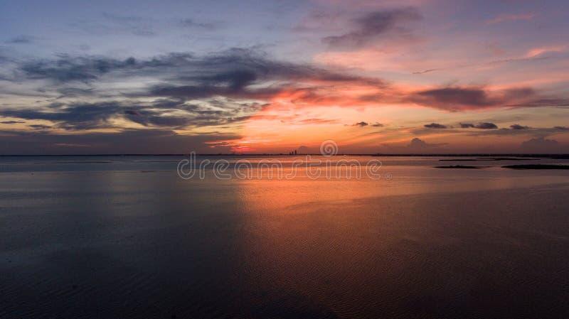 Por do sol em Daphne, Alabama na baía móvel imagens de stock