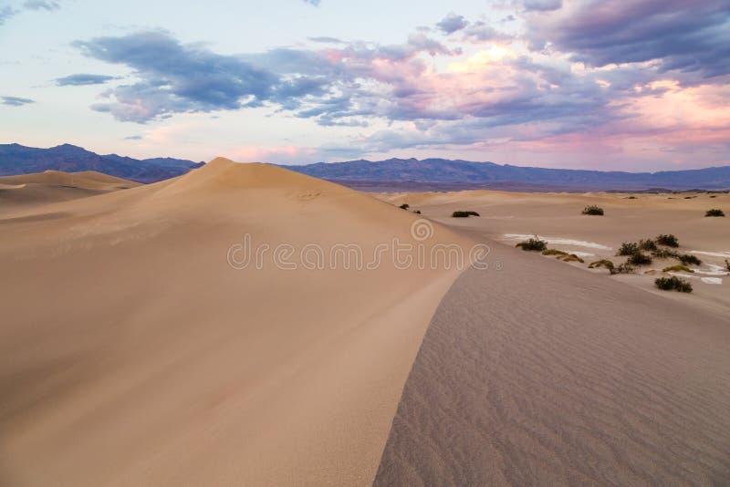 Por do sol em dunas de areia lisas do Mesquite no parque nacional de Vale da Morte, Califórnia, EUA foto de stock royalty free