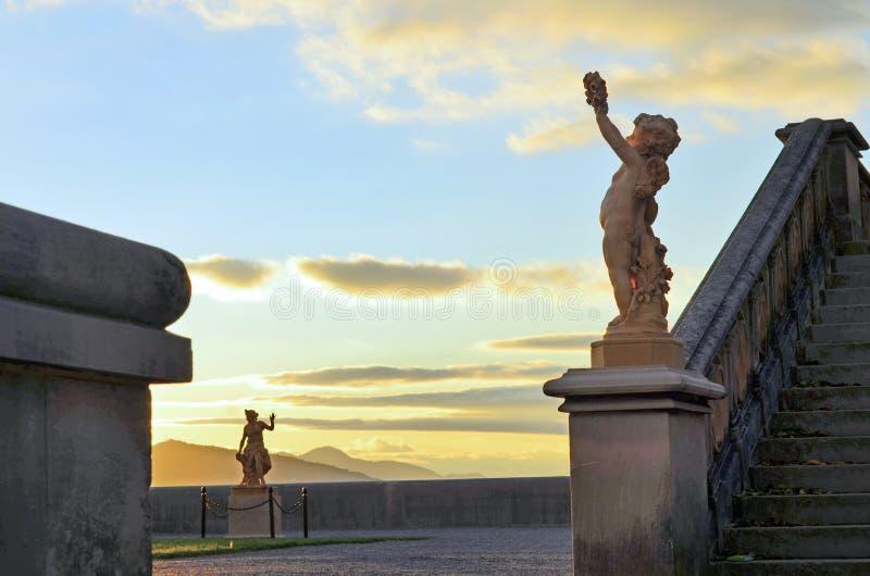 Por do sol em estátuas do terraço da propriedade de Biltmore, Asheville NC imagens de stock