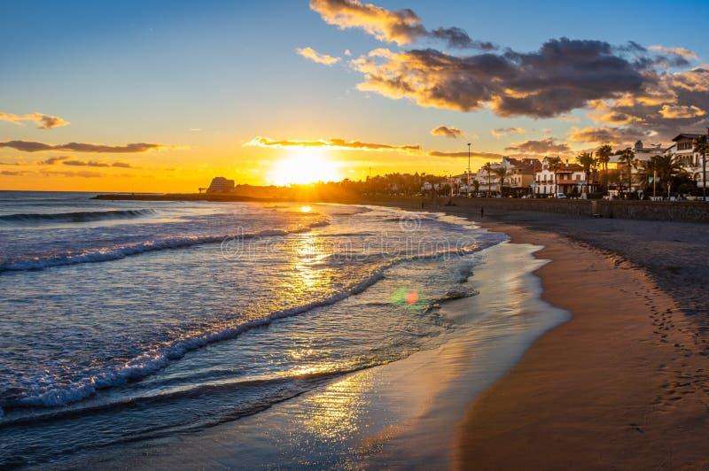 Por do sol em férias no mediterrâneo Hora dourada pelo mar Sitges, Spain fotografia de stock