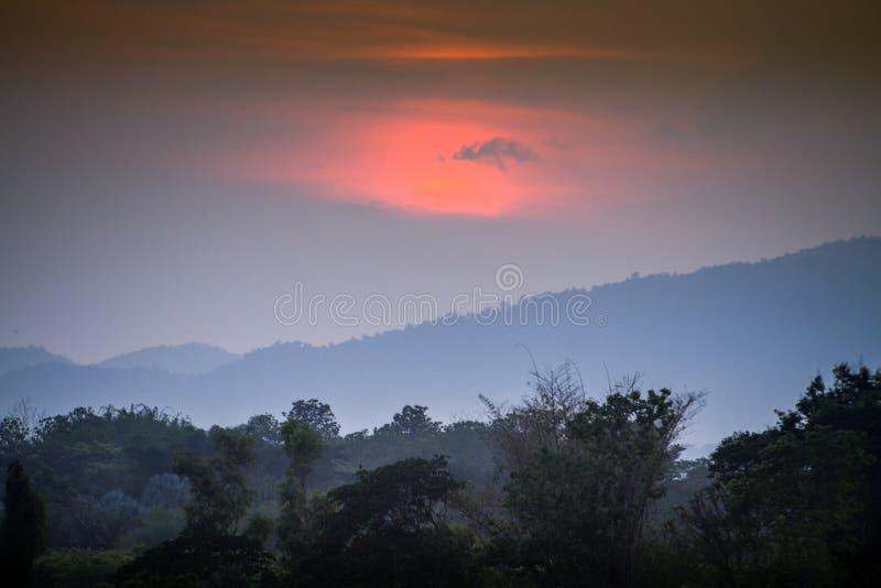 Por do sol em fenômenos naturais fotos de stock royalty free