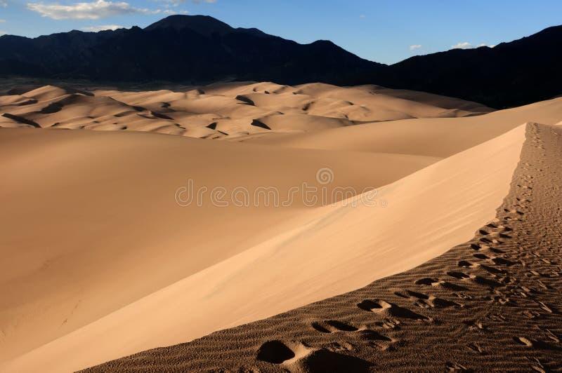 Por do sol em grandes dunas de areia imagem de stock royalty free