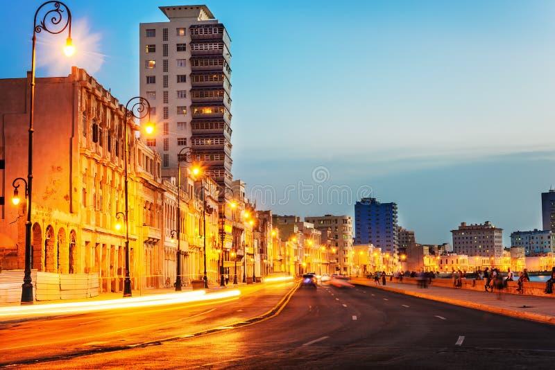 Por do sol em Havana velho com as luzes de rua do EL Malecon fotos de stock royalty free
