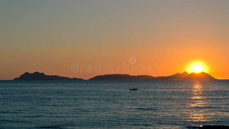 Por do sol em ilhas de Cies imagem de stock